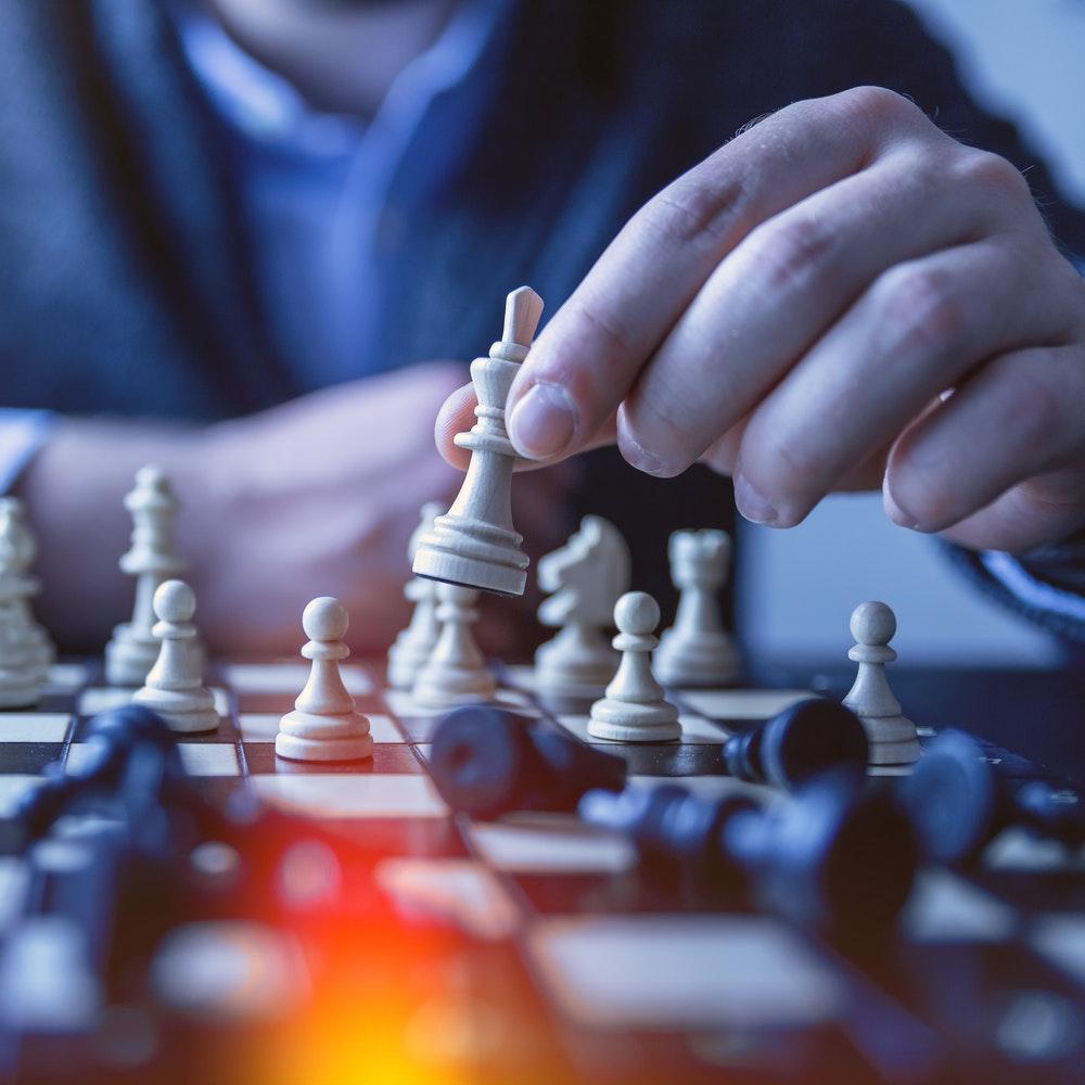 Person spelar schack