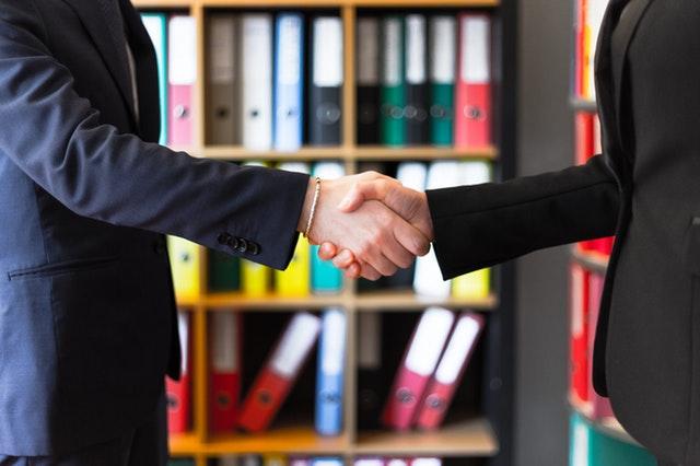 Två personer som skakar hand