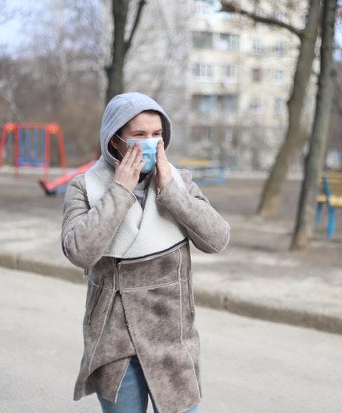 En person med ansiktsskydd